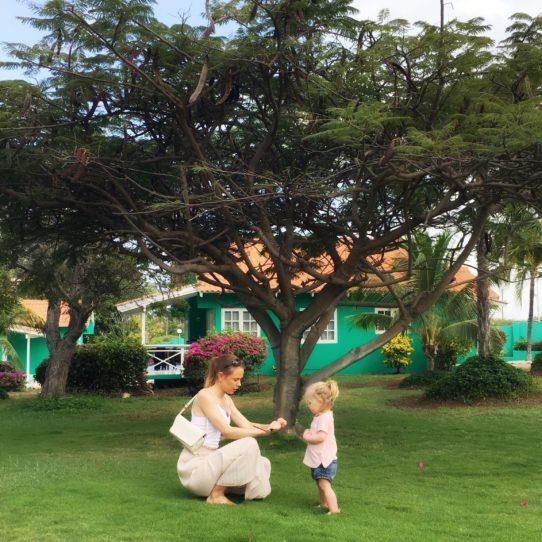 De tuin en huisjes van Bon Bini Seaside Resort